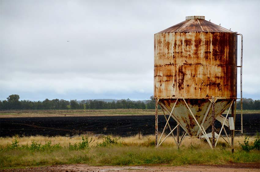 silo oxidado en el campo